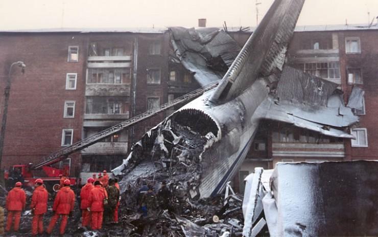 Согласно результатам расследования причин катастрофы, три двигателя «Руслана» отказали почти одновременно на взлете в Иркутске из-за своих конструктивных недостатков. Причем подобные отказы двигателей Д-18Т в течение десяти лет, с 1987-го по 1997 год, фиксировались 60 раз. Комиссия пришла к выводу о необходимости замены Д-18 первой серии на двигатели третьей серии на всех 20 Ан-124. Производитель этих авиамоторов — украинское предприятие «Мотор Сич» — с выводами комиссии не согласился.