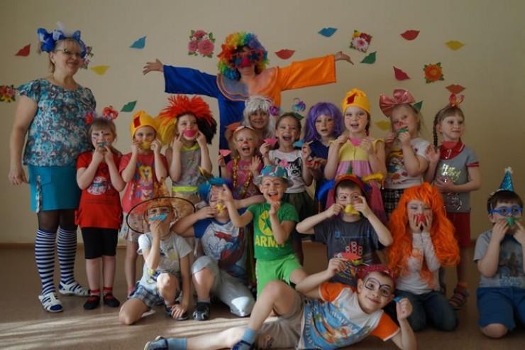 В детских садах и школах устраивают праздник смеха и веселья