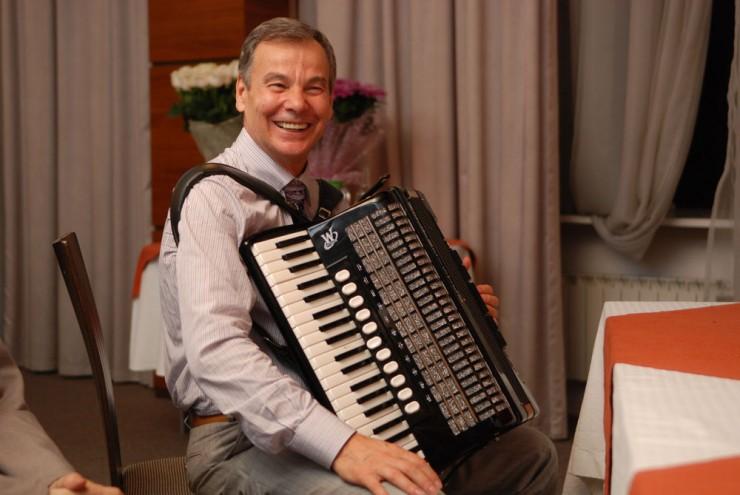Со школьных лет Игорь Гринберг играет на аккордеоне.