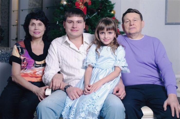 Семейное фото: внучка Александрина, сын Сергей, жена Татьяна Николаевна.