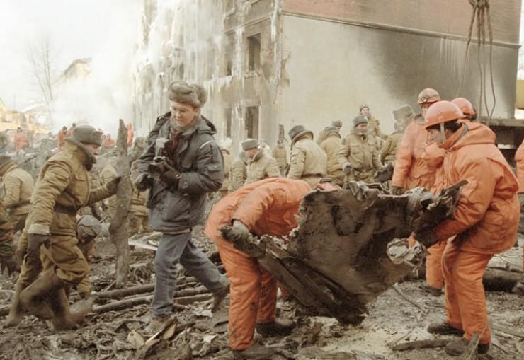 «Непрерывно работают экипажи пожарной службы, их много. Заливают горящие куски самолета, дымящуюся пятиэтажку. Холодно, около 30 градусов мороза. Кругом большое количество военных, сотрудников милиции. Мы, спасатели, действуем в кабине самолета. А там под ногами горят и плавятся искореженные фрагменты кабины. Быстро темнеет…»