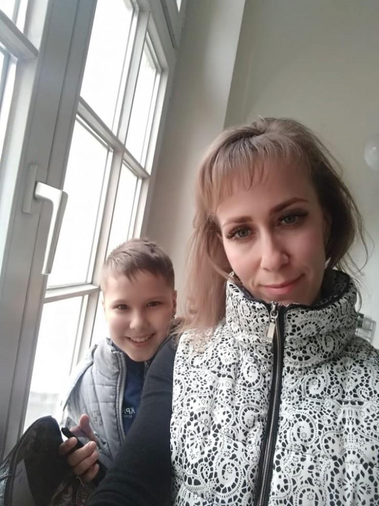 Мария Рютина, мама 11-летнего Павла, рожденного с пороком сердца, не понаслышке знает, каково это, когда невозможно навестить сына, лежащего в реанимации. За границей, по ее словам, в этом плане все проще: «В Германии, где Павла оперировали трижды, это абсолютно нормальная ситуация: когда ребенок в реанимации, мама рядом. Хочется верить, что и мы к этому придем»