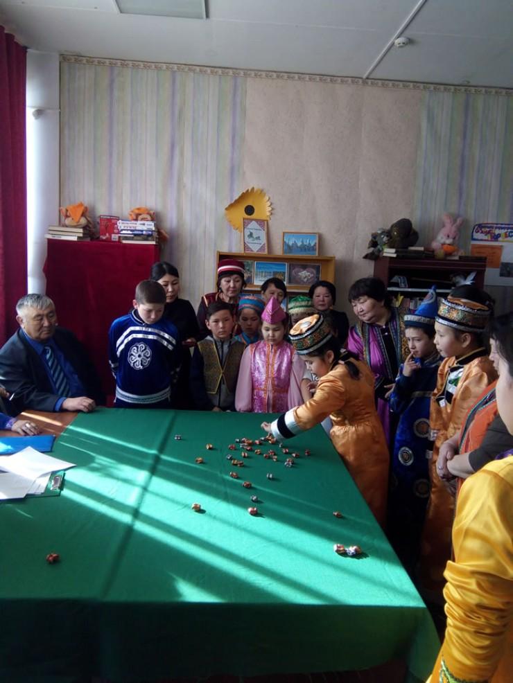 Третий год в стенах библиотеки проводится турнир по бурятской народной игре «шагай наадан»