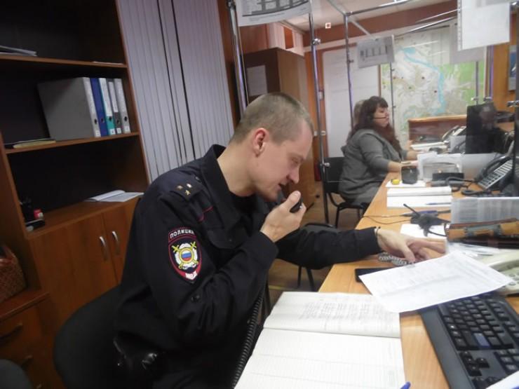 Во время дежурства сотрудник полиции Роман Березин наблюдает в том числе и за тем, что происходит на улицах Иркутска: «Мы знаем дислокацию наших экипажей, поэтому в случае необходимости можем оперативно передать информацию и направить на место происшествия наряд полиции»