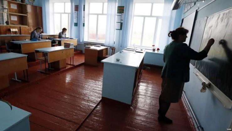 В школах годами не обновляются мебель, доски, лабораторное оборудование, не приобретается спортивный инвентарь.