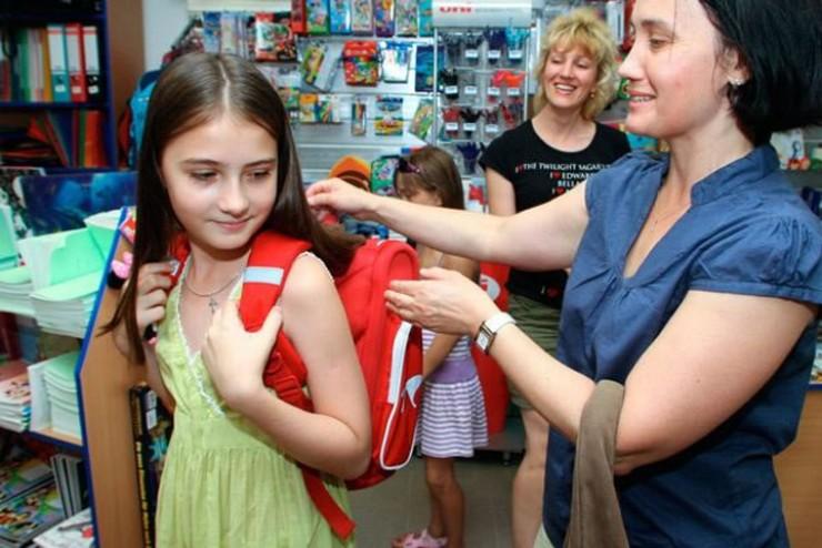 Есть совет опытных родителей, который гласит: выбирайте ранец с жесткой ортопедической спинкой