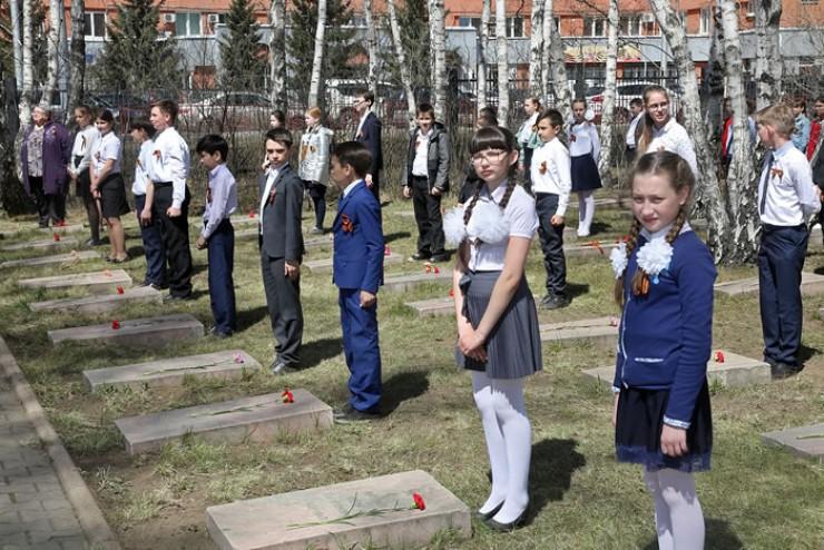Почётный караул школьников у могил воинов, умерших от ран в госпиталях