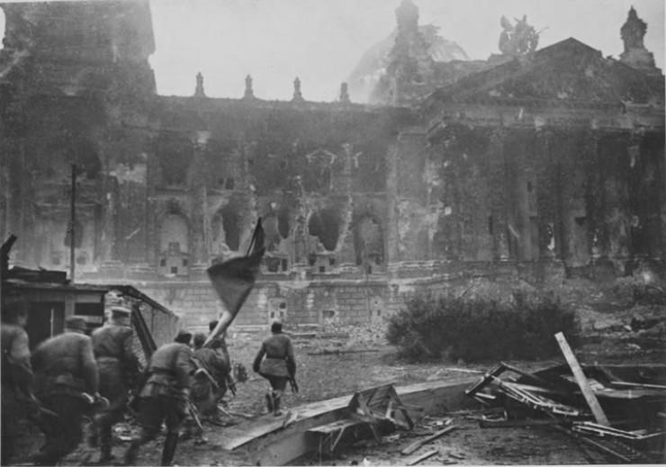 Штурм Рейхстага продолжался три дня. Это был сильно укрепленный пункт, обороняли который солдаты вермахта, эсэсовцы, морская пехота.