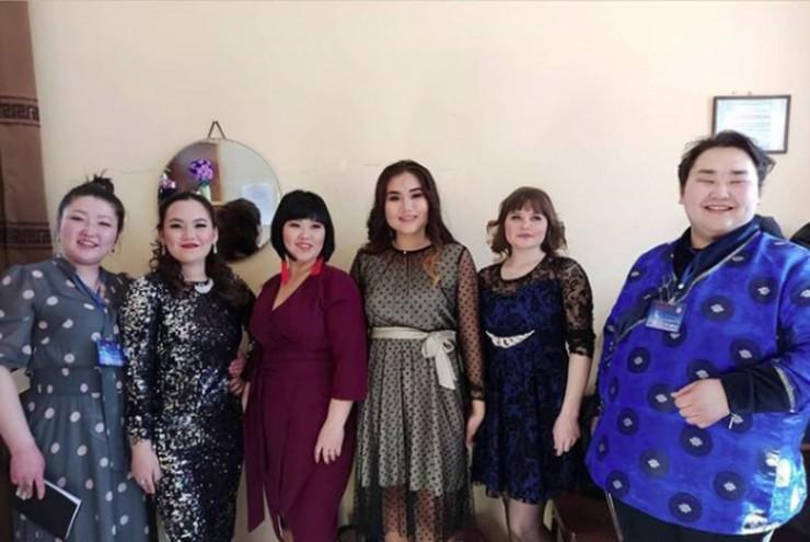 Елена Бузинаева (слева) и Александр Мантатов (справа) в прошлом году в рамках  8 марта провели конкурс «Мисс-Баяндаевский район — 2020».