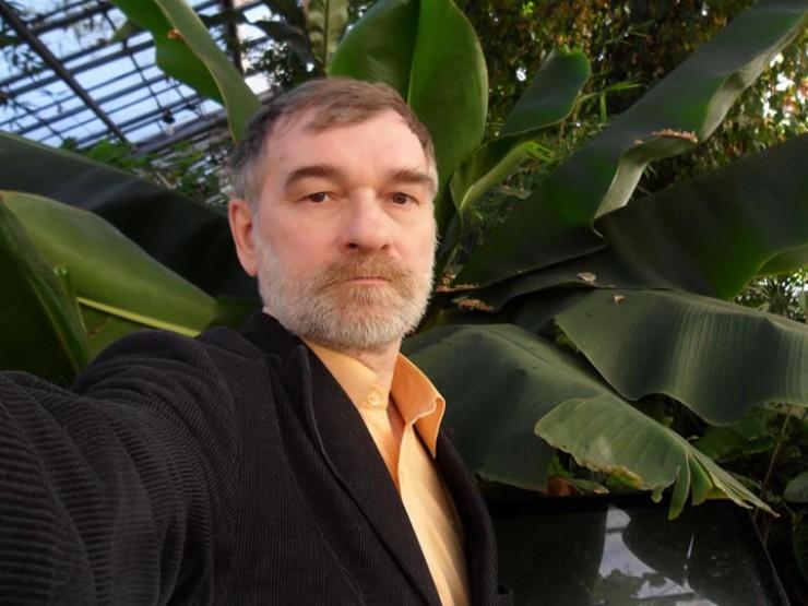 Сергей Солдатов — научный работник в ИГУ, эколог. Но кроме этого, многие годы он помогает организовать помощь зависимым людям и их семьям: будь то алкоголь, наркотики, переедание, курение, депрессии, игромания
