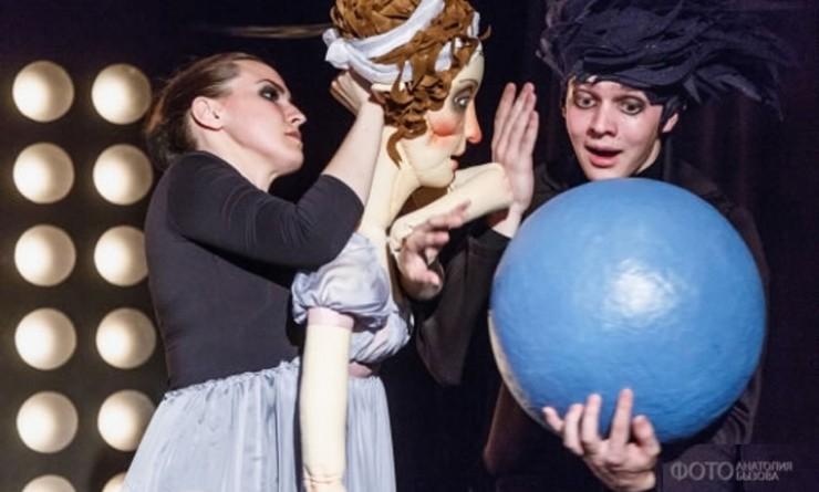 На каждой репетиции актерам кукольного театра нужны все декорации и реквизит.