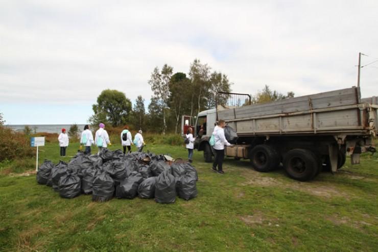Участники акции, работавшие в деревне Паньковке, поставили в этом году свое- образный рекорд — они собрали около двух тысяч мешков мусора.