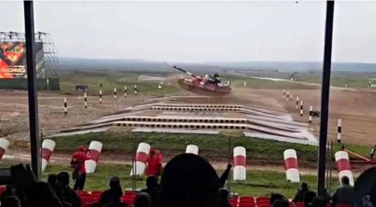 Тот уникальный момент, когда 40-тонная боевая машина парит над землей на скорости свыше 80 км/ч.