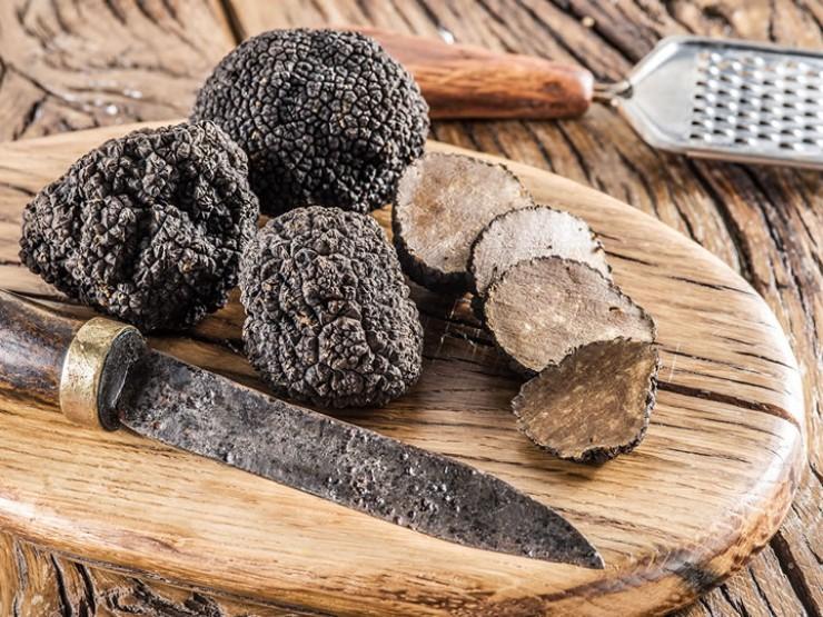 Трюфель — ценный и редкий гриб, отличается деликатесным вкусом и особым ароматом. Знатоки утверждают, что грибной вкус сочетается у трюфелей со вкусом грецких орехов.