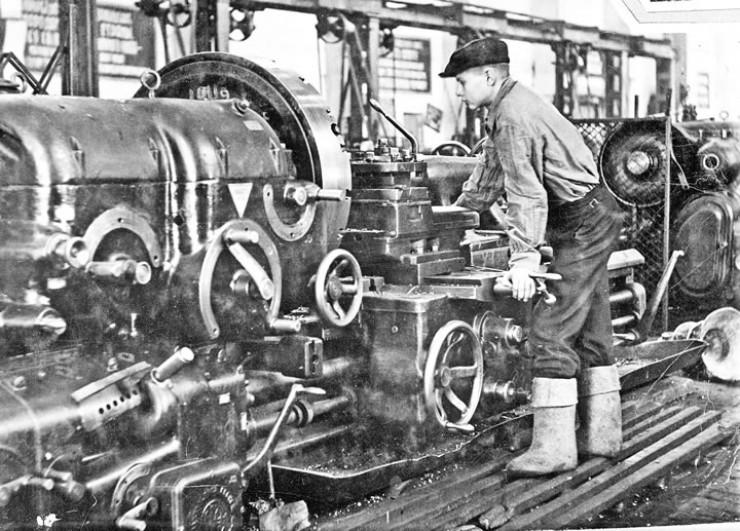 До 22 июня 1941 года завод выпускал драги, запчасти к ним, сталеплавильное, доменное оборудование — всё для развития Советской страны. За первые три месяца войны с завода ушли на фронт 520 человек. На их места встали женщины и дети. Они учились и работали токарями, слесарями, стропальщиками. 25 октября 1941 года предприятие получило новое название: Иркутский завод тяжёлого машиностроения имени В.В.Куйбышева