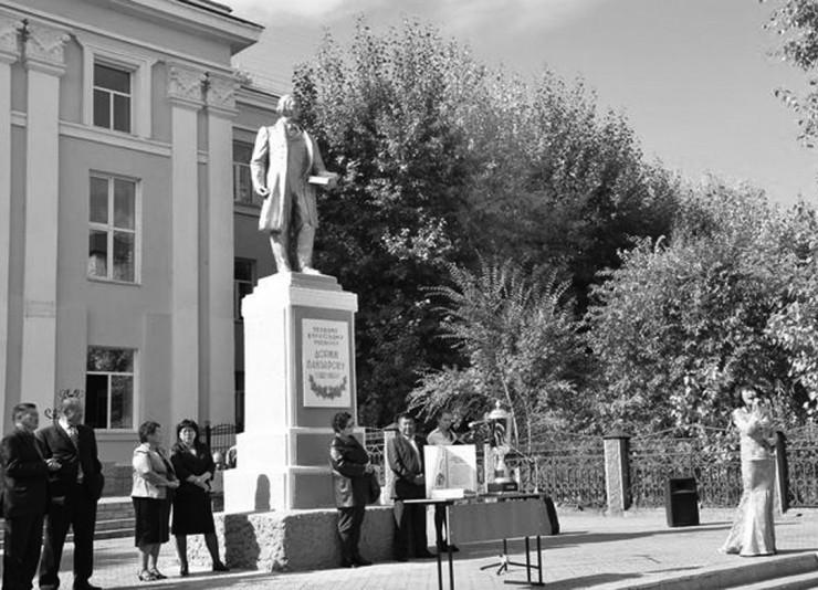 В 1957 году перед зданием Бурятского педагогического института им. Доржи Банзарова в Улан-Удэ был установлен памятник ученому
