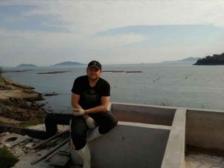 На заработках в Корее ангарчанин Андрей Табак пробыл восемь месяцев. Но все заработанные деньги он перечислял домой на погашение кредитов. Поэтому, когда встал вопрос об оплате дорогостоящего лечения, его семья столкнулась с финансовыми трудностями