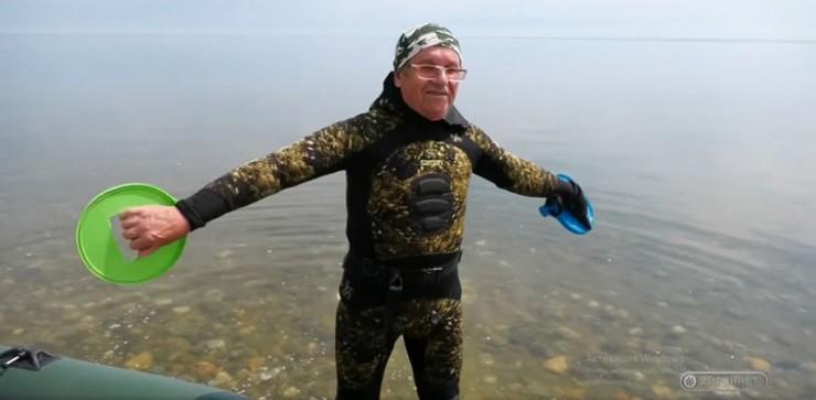 Плывет Александр Варенков с помощью пластмассовых детских ракеток со спиленными ручками, которые надевает на руки.