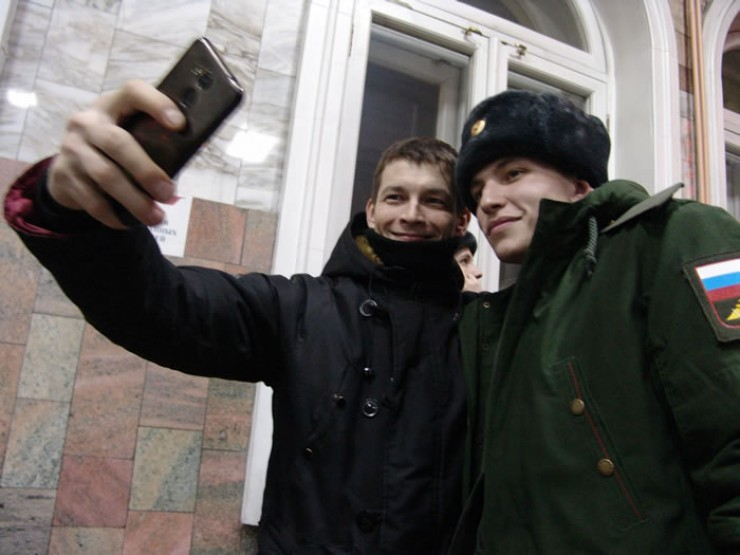 Последнее на целый год селфи с друзьями перед отправкой в войска. Нынешние иркутские призывники скоро придут на смену этим (на фото справа), ушедшим на службу прошлой осенью.