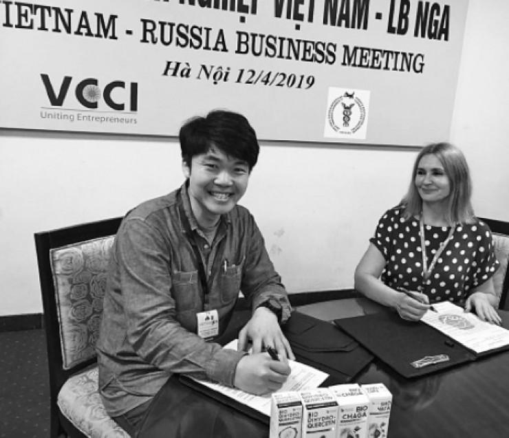 Vietnam Expo 2019. Представитель иркутской фирмы подписывает контракт с партнёром из Вьетнама