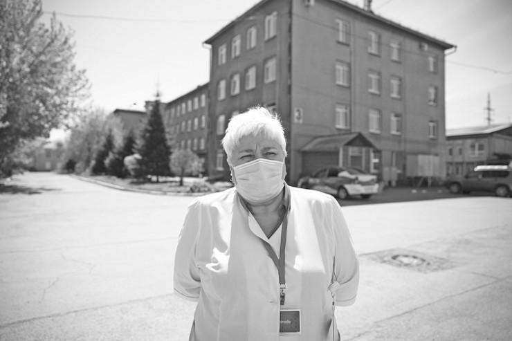 Любовь Лялина, главный врач клиники: «Сейчас в закрытых отделениях находятся 66 сотрудников лечебного учреждения. Пациентов при получении двух отрицательных тестов на COVID-19 выписываем».