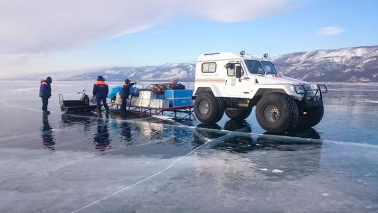 Оборудование доставили в лагерь по льду