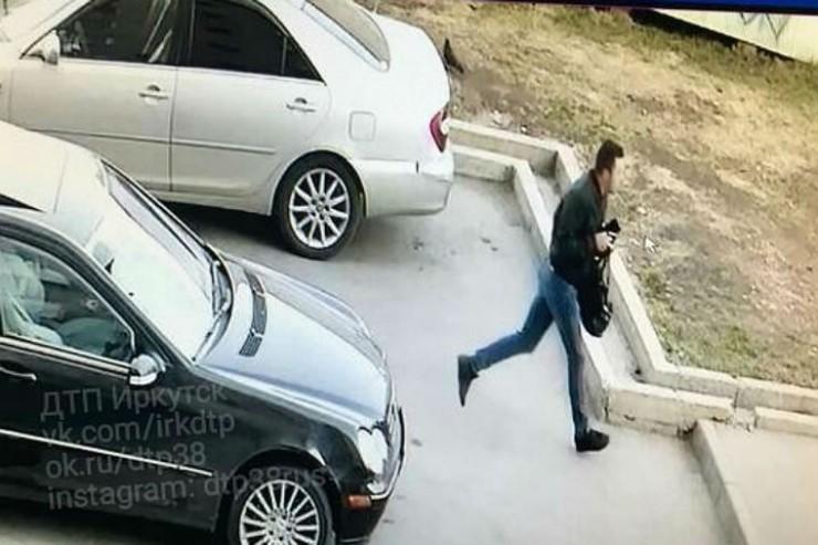 Видео с бегущим виновником аварии мгновенно разлетелось по соцсетям. Пользователи выяснили, что «Мерседес-убийца» выставлен на продажу, а его владелец работает барменом.