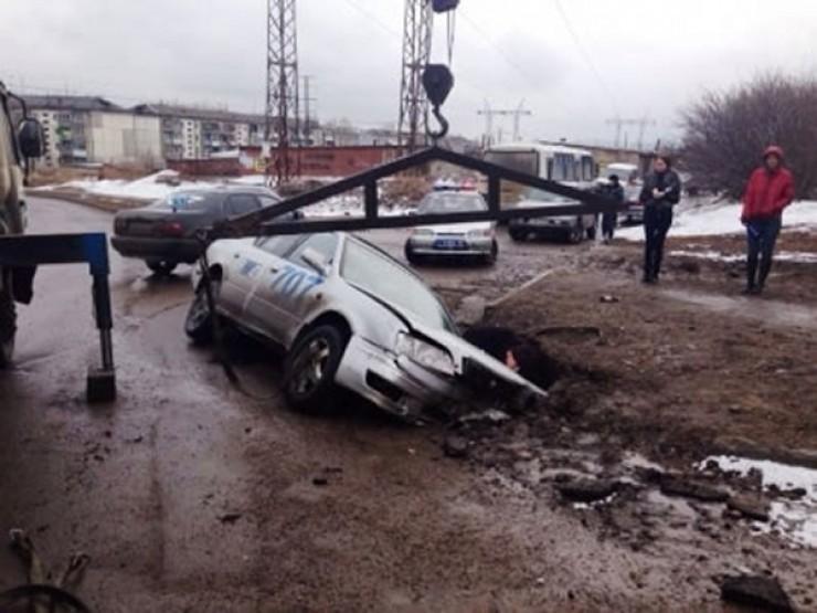 Машина одной из служб такси провалилась месяц назад в мик- рорайоне Синюшина Гора. Зимой здесь чего-то ремонтировали и, судя по всему, засыпали траншею абы как