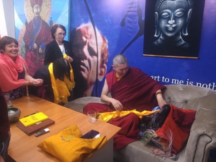 Каждый участник лекции получил из рук Даши-ламы хадак