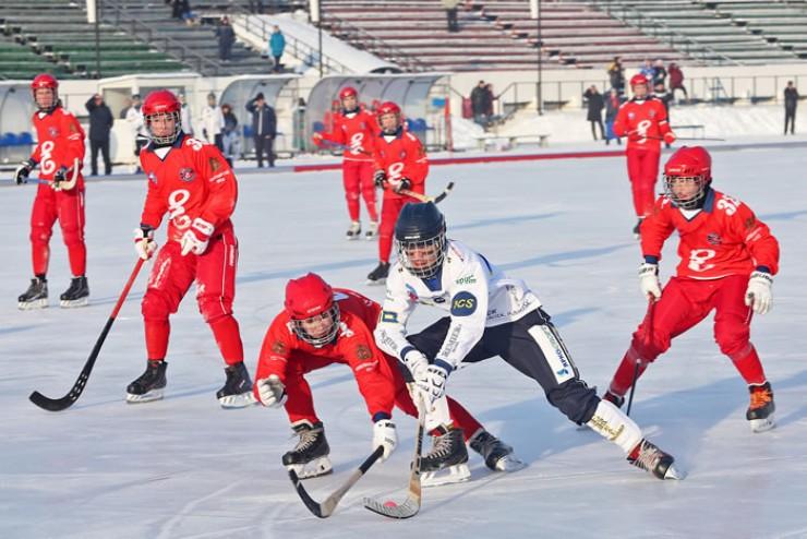 Попал в окружение: форвард сборной Иркутской области (до 15 лет) пытается прорваться к воротам красноярского «Енисея»