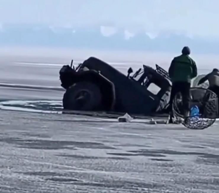 Первый грузовик ушел под лед всего за 30 секунд. Находившиеся в нем люди успели выпрыгнуть, но спасти что-то из машины им уже не удалось.