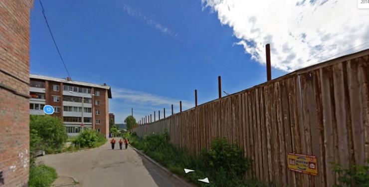Периметр зоны с колючей проволокой всего в нескольких метрах от жилых домов на Синюшиной Горе — такое соседство давно вызывает дискомфорт у местных жителей.