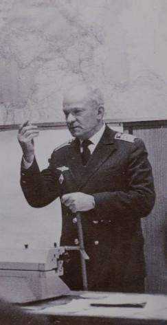 Старший штурман Иркутского объединенного авиаотряда А.Н.Файтельсон проводит занятие