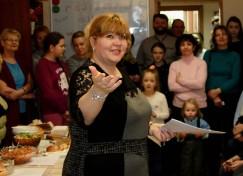 Елена Рогачикова, руководитель польской автономии «Полония», рассказывает участникам и зрителям фестиваля правила.