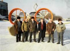 «Иволга» на территории 403-го завода. Слева направо: 1-й — директор завода Г.Взяткин; 5-й — гендиректор ВЛРП С.Ивченко, 6-й — конструктор В.Колганов.  Фото 1998 г.