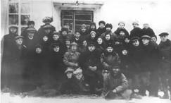 Александр Люшинский (в центре в буденовке) и работники Иркутского авиазавода № 125. 1932 год.