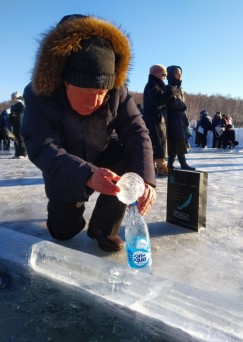 В Крещение пенсионер Виктор Васильевич ежегодно набирает воду здесь, на заливе. Окунаться не рискует — возраст.
