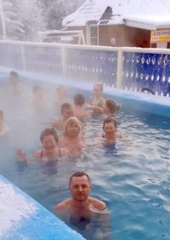 Курорт минеральных источников «Дзелинда» — прекрасный контраст теплой воды и морозного воздуха, нет ничего лучше. Только тапочки прилипают ко льду, пока ты идешь в купальнике в бассейн.