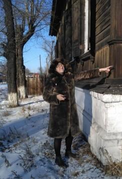 Краевед, руководитель школьного музея Елена Комарова у здания бывшего гостевого дома Рассушина.