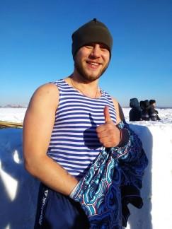 Кто-то, трижды окунувшись, тут же спешно бежал в теплые палатки, ну а кто-то неторопливо обтирался полотенцем, охотно делился впечатлениями. На фото — студент Артем Васьков, нынче он окунулся в прорубь впервые.