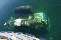 Затонувшую машину поднимают, используя специальные понтоны, которые наполняют сжатым воздухом