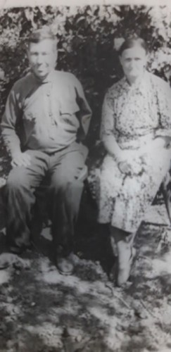 Родители Лидии Александровны — Фекла Ильинична  и Александр Гордеевич Бахаревы. Фотография сделана в том самом яблоневом саду, где  был вырыт блиндаж для легендарного полководца Рокоссовского