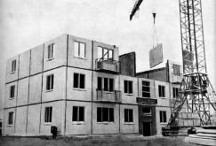 Раритетное фото. 1958 год, строительство в Ангарске первого панельного дома. В своей книге «Проектирование и строительство крупнопанельных домов» Борис Баныкин отмечал, что проект 335-й серии модернизировался под различные условия, в которых строились дома. Отдельно разрабатывалась модель этой серии для сейсмоопасных участков, к которым относится, например, Иркутская область.