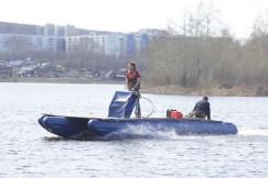 Незагруженный тримаран с мотором в 9,9 лошадиной силы развивает скорость до 26 км/час. На преодоление 500 км пути судну нужно 120 литров топлива и всего 24 часа.
