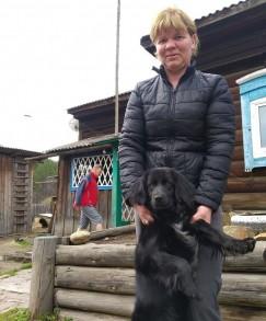 Светлана Шаманова и ее собака Дэзи, спасшая усадьбу от пожара.