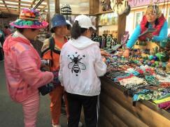 На рынке в Листвянке. Во времена расцвета «шанхаек» мы и подумать не могли, что через 20 лет китайцы будут стоять по другую сторону прилавка
