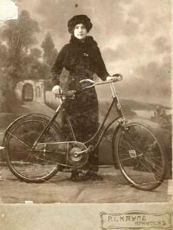 «Мария Васильева, продавец из магазина Мерецкого» (почтовая открытка, 1914 год).