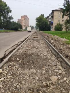 Протяженность дороги, которую предстоит отремонтировать дорожникам, на бульваре Рябикова составляет почти километр и включает не только саму проезжую часть, но и тротуары. Рабочие уже установили бордюрный камень и организовали дорожки для пешеходов. В скором времени они начнут снимать старый асфальт и укладывать новый. Избежать пробок здесь вряд ли удастся, ведь для ремонта двухполосную дорогу будут перекрывать полосами по очереди. Но рабочие говорят, что мера эта вынужденная и кратковременная, ведь новая дорога компенсирует все неудобства