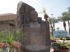 Бюст на могиле Новомейского в Тель-Авиве