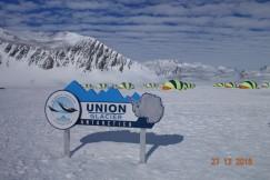 Станция Union Glacier в Антарктиде. На эмблеме ее изображен пингвин;  на самом деле пингвины, по словам Владислава, живут только на побережье,  это 2% всей площади
